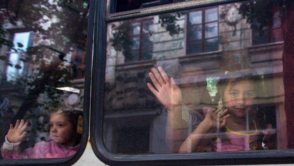 Жители Славянска эвакуируют детей
