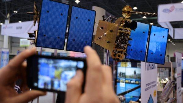 Макет спутника ГЛОНАСС-К на выставке Технопром - 2014 в Новосибирске
