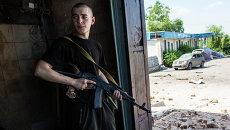 Боец народного ополчения во время танкового обстрела поселка Семеновка