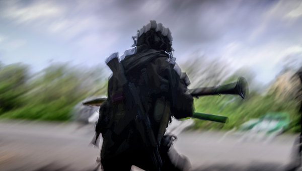 Боец ополчения Луганской народной республики на окраине Луганска. Архивное фото