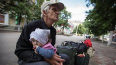 Жители Славянска ждут автобуса, чтобы покинуть Украину