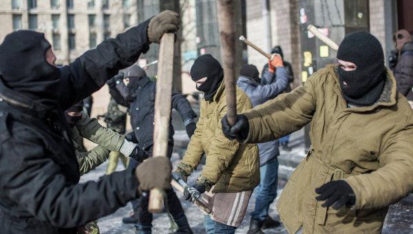 Тренировка по рукопашному бою бойцов оппозиции в палаточном лагере на площади Независимости в Киеве
