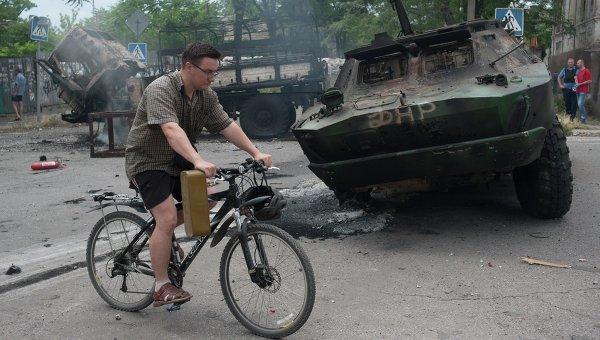 Житель на улице Мариуполя. Архивное фото