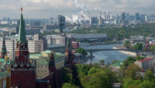 Вид на башни Московского Кремля и здание Центрального Дома Художника в Москве