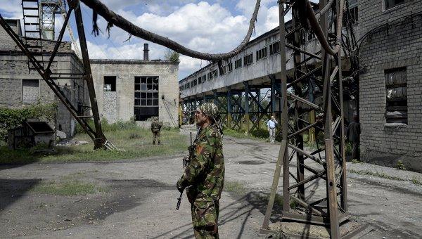 Ополченцы на территории шахты в Донбассе. Архивное фото