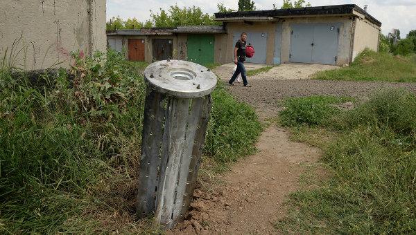 Фрагмент неразорвавшегося реактивного снаряда в пригороде Краматорска. Архивное фото