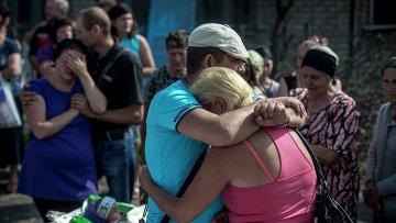 Родные и близкие во время похорон погибших в станице Луганская. Архивное фото