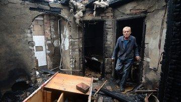 Житель дома в поселке Малая Вергунка, разрушенного в результате авианалета украинской армии