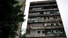 Окна с выбитыми стеклами в результате минометного обстрела украинскими силовиками в жилом многоквартирном доме в Луганске