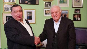 Эдуард Шеварднадзе в своей личной резиденции в Крцаниси общается с журналистом Бесиком Пипией