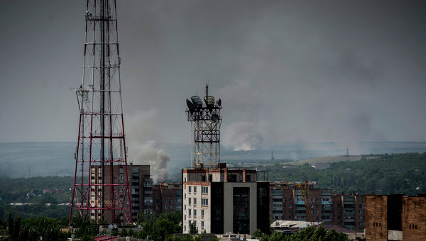 Город Луганск во время артиллерийского обстрела украинскими силовиками. Архивное фото.