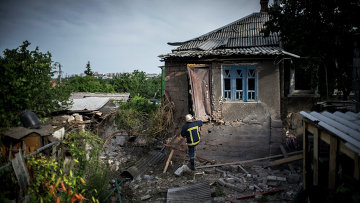 Разрушенный в результате артиллерийского обстрела украинскими силовиками частный дом в Луганске. Архивное фото.