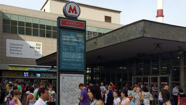 Люди у входа на станцию метро Молодежная во время ЧП на Арбатско-Покровской линии