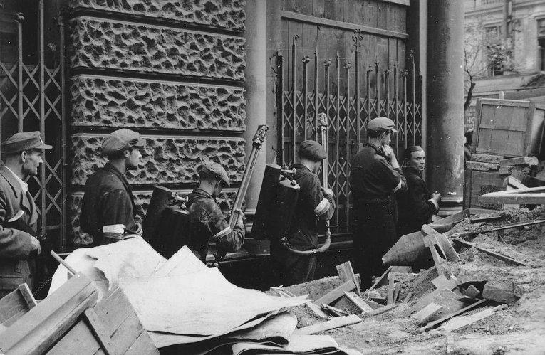 Огнеметчики восставших среди баррикад. Варшава, начало августа 1944