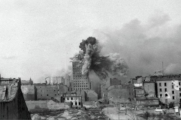 Попадание 2х тонного снаряда в здание Prudential, 28-го августа 1944