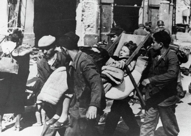 Раненная девушка, Варшава 1944