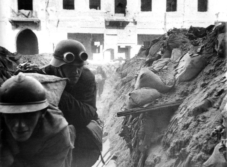 Бойцы батальона Густав доставляют по траншее мешки с зерном для восставших. 12 сентября 1944-го года