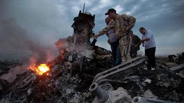 Обломки Boeing 777 компании Malaysia Airlines в районе села Габрово в Донецкой области
