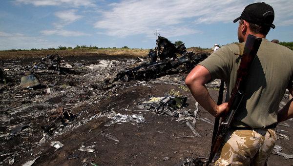 Боец народного ополчения на месте крушения самолета Boeing 777. Архивное фото