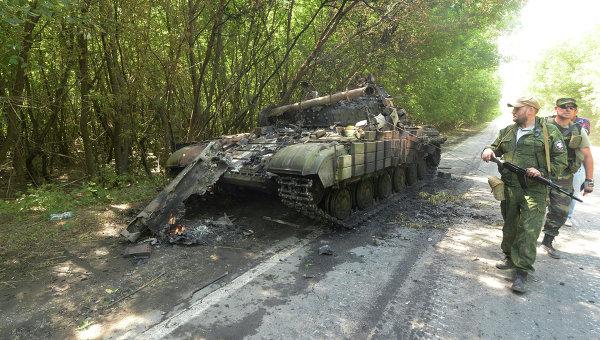 Подбитый ополченцами танк украинской армии на окраине Донецка. Архивное фото