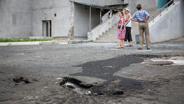 Жители Донецка после артобстрела. Архивное фото