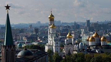 Вид на Успенский, Архангельский соборы и колокольню Ивана Великого в Москве. Архивное фото