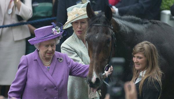 Королева Соединенного Королевства Великобритании и Северной Ирландии Елизавета II и её любимая лошадь Эстимейт. Архивное фото