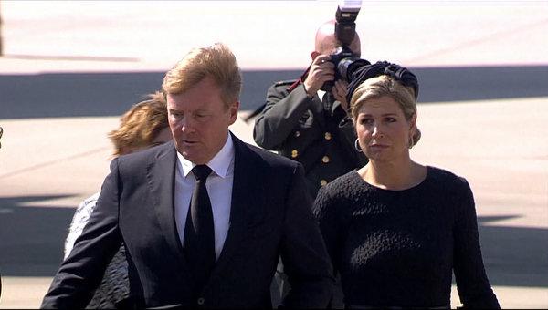 Король и королева Нидерландов встретили самолеты с телами пассажиров Boeing