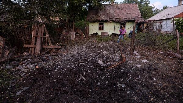 Поврежденные при обстреле украинской армией жилые дома на окраине Горловки, архивное фото