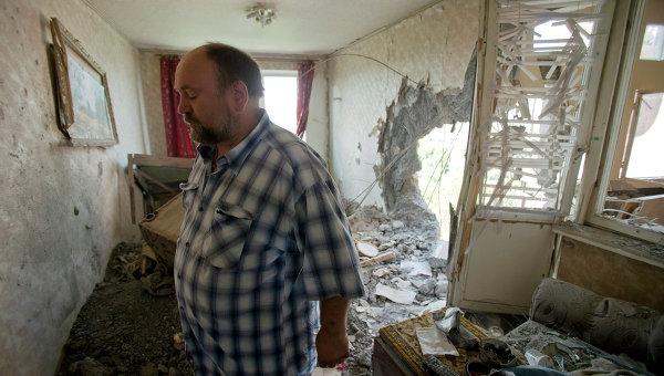 Житель Донецка в разрушенной в результате артиллерийского обстрела квартире. Архивное фото
