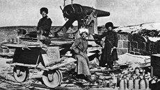 Русские солдаты на привале около боевого орудия, архивное фото