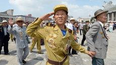 Северокорейские ветеран на параде по случаю празднования 61-й годовщины окончания Корейской войны