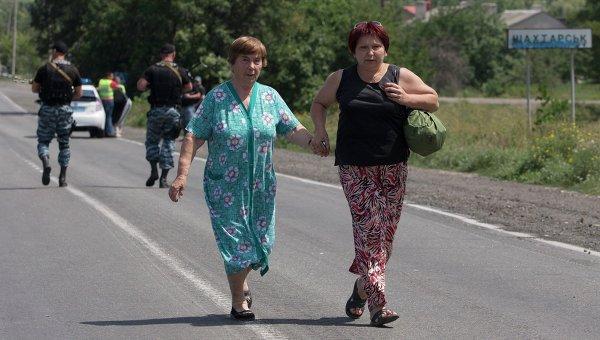 Беженцы из Шахтерска, Донецкая область. Архивное фото