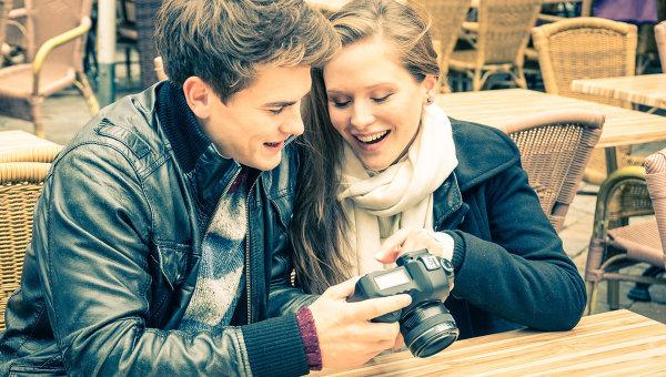 Молодая пара с фотоаппаратом. Архивное фото