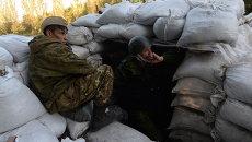 Бойцы народного ополчения на блокпосту на окраине Горловки. Архивное фото