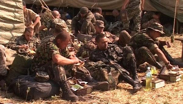 Украинские военнослужащие в палаточном лагере в Ростовской области