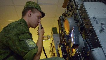 Военнослужащий в командном пункте. Архивное фото