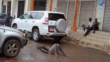 Возможно зараженный вирусом Эбола мужчина лежит на дороге. Архивное фото