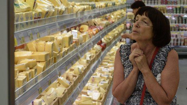 Женщина у прилавка с сырами. Архивное фото