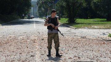 Ополченец патрулирует улицы Донецка. Архивное фото