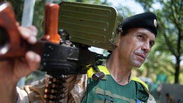 Боец батальона Донбасс возле Донецка. 12 августа 2014