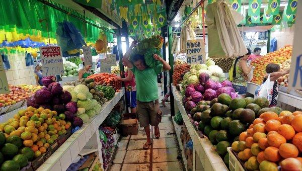 Фрукты и овощи на рынке в Бразилии. Архивное фото
