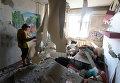 Женщина в своей квартире одного из домов Донецка