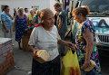 Жители Иловайска разбирают хлеб, привезенный ополченцами