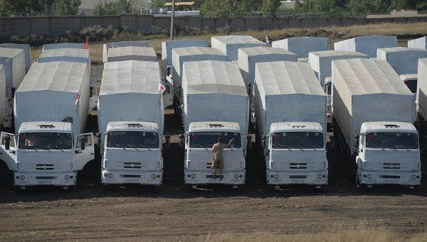 Колонна автомобилей КамАЗ с гуманитарной помощью на стоянке недалеко от города Каменск-Шахтинский Ростовской области