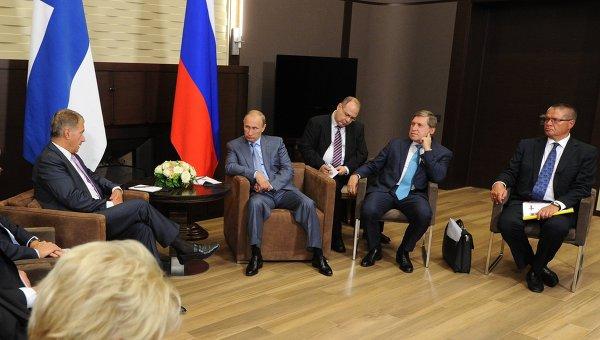 Президент России Владимир Путин и президент Финляндии Саули Ниинисте (слева) во время встречи в сочинской резиденции Бочаров ручей