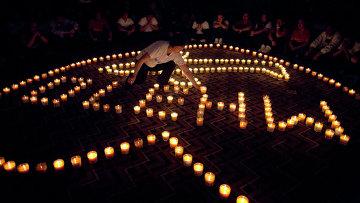 Люди молятся за пассажиров на пропавшего самолета Malaysia Airlines. Архивное фото