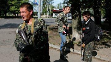 Вооруженные ополченцы на улице в Макеевке, Донецкая область, Украина