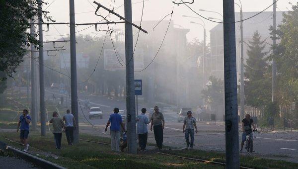 Местные жители в центре Донецка
