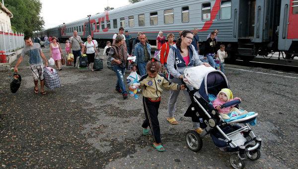 Беженцы из Украины прибывают на железнодорожный вокзал Ставрополя